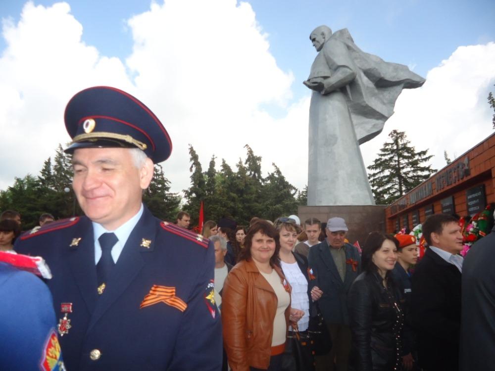 Возложение цветов к памятнику Неизвестному солдату